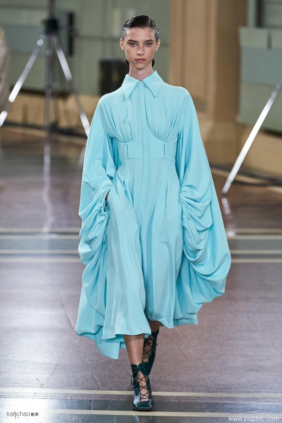 2020年伦敦时装周春夏T台亮点色彩泳池蓝-POP花型网
